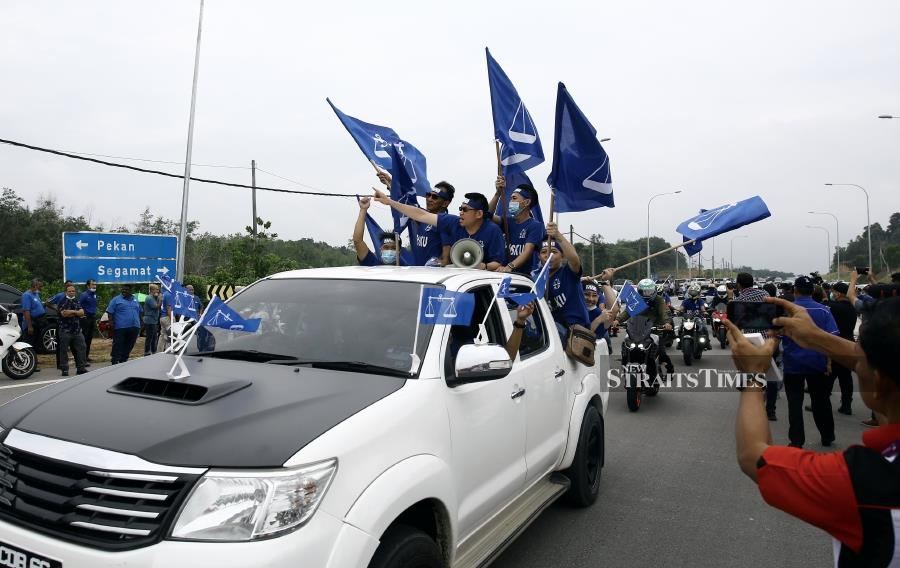 Some of the Barisan Nasional supporters who turned up at the Institut Kemahiran Belia Negara (KBN) in Paloh Hinai for the Chini by-election - Pic by FARIZUL HAFIZ AWANG/NSTP