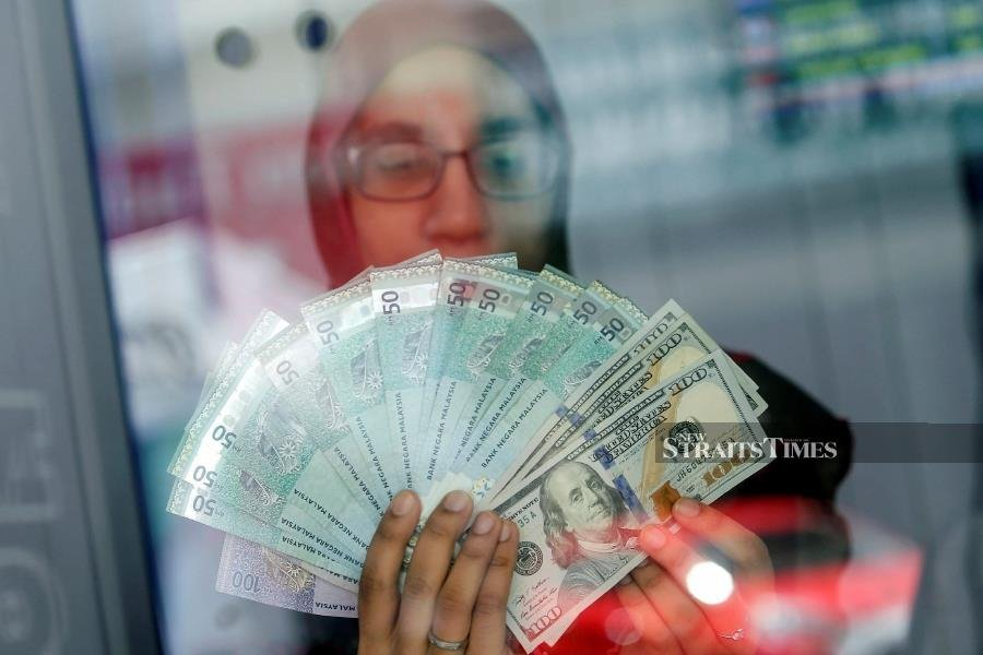 At 9am, the local note stood at 4.3800/3950 against the greenback compared with Wednesday's closing of 4.3838/3670. - NSTP/File pic