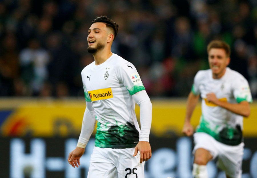 Borussia Monchengladbach defeat Bayern Munich to remain top of the Bundesliga
