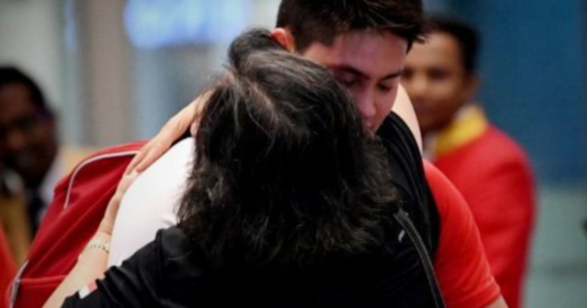 Olympic champ Schooling is welcomed by his Malaysian mother