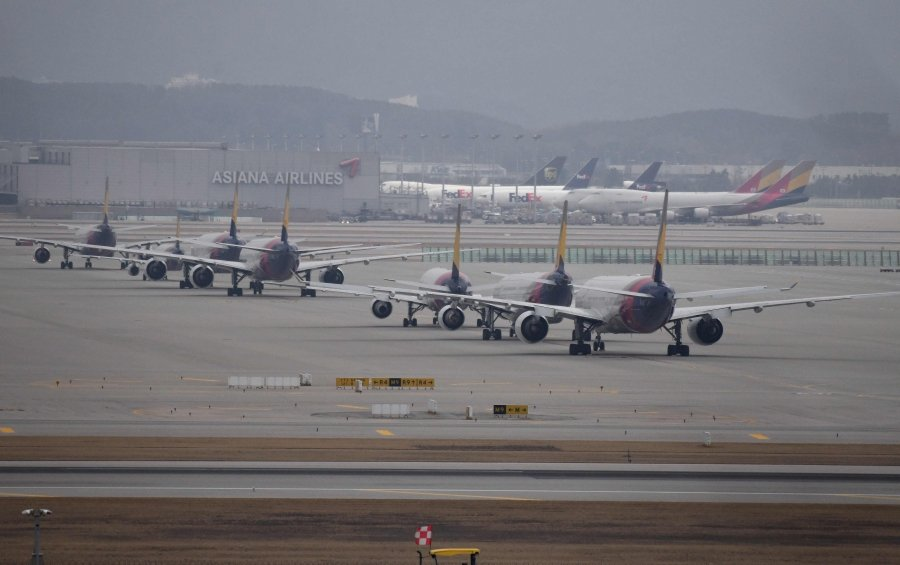 Commercial aircraft are seen parked on the tarmac at Incheon international airport, west of Seoul, on March 17, 2020. - Airlines have cancelled so many routes as scores of countries have imposed bans or restrictions on arrivals from South Korea amid concerns over the COVID-19 coronavirus outbreak. (Photo by Jung Yeon-je / AFP)
