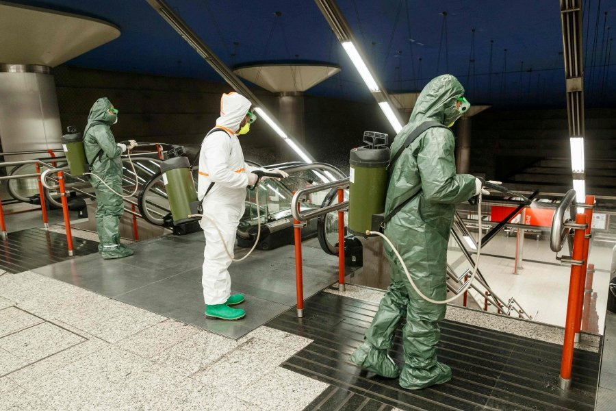 Members of the NBQ company (nuclear, bacteriological and chemical) of the 'Guadarrama XII' Brigade carry out a general disinfection at the Nuevos Ministerios Metro Station in Madrid on March 20, 2020. - The coronavirus death toll rose to 1,002 in Spain after 235 people died in 24 hours, and the number of cases approached 20,000, the health ministry said. (Photo by BALDESCA SAMPER / AFP)