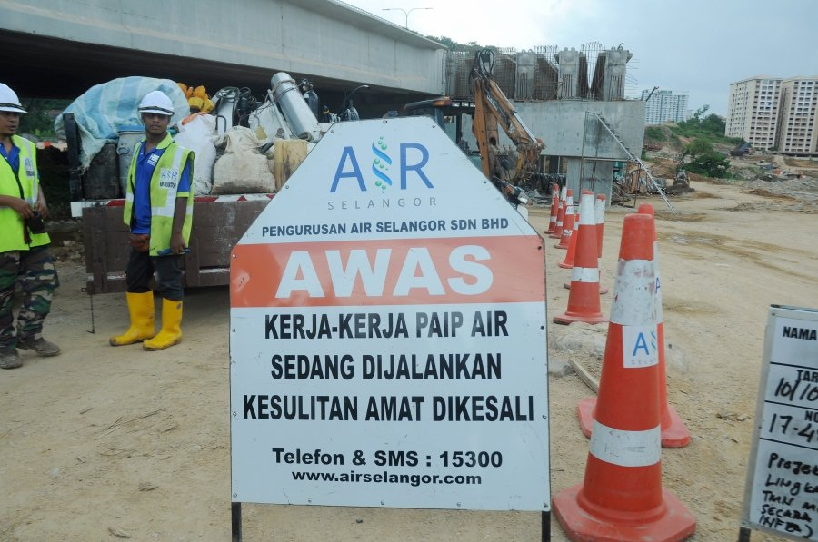 Water disruption is expected to last up to 86 hours in Klang, Shah Alam, Petaling, Gombak, Kuala Lumpur, Kuala Langat and Kuala Selangor following upgrading of electrical supply system at the Sungai Selangor Phase 2 Water Treatment Plant (LRA SSP2) from April 24. NSTP file pic