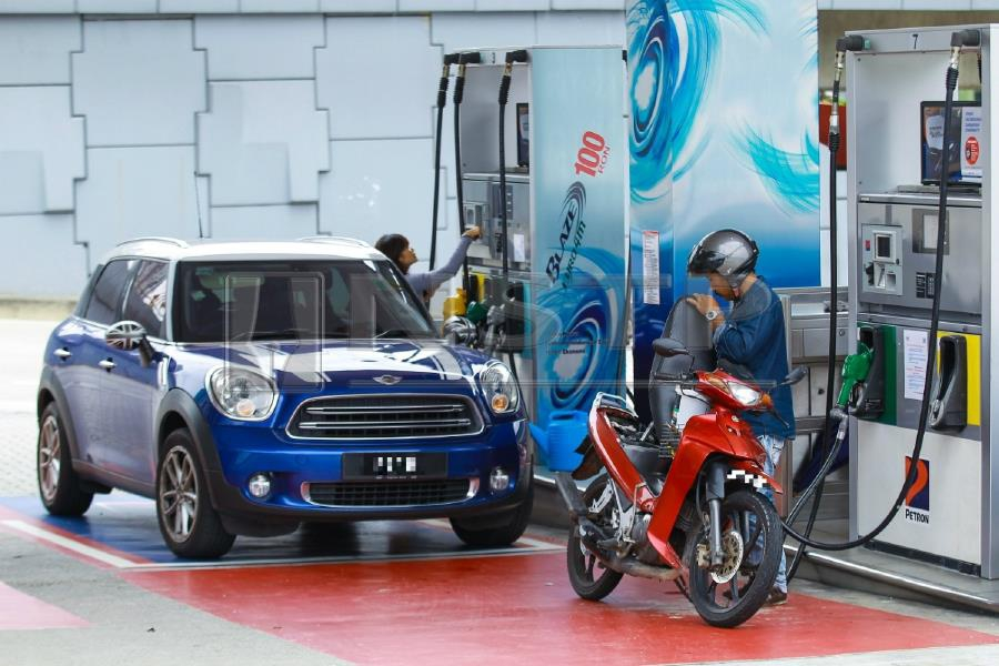 The 30 sen subsidy per litre of petrol is limited to 100 litres for cars with an engine capacity of 1.5 litres and below and 40 litres for motorcycles up to 125cc. Pic by NSTP/ASYRAF HAMZAH