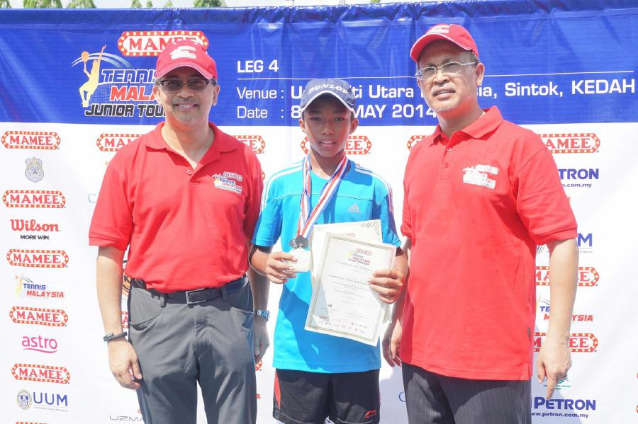Shamirul Shahril Adam Das (centre) is hopping to gain more experience and breaking into top 1,000 in the world rankings. - Pic source:Facebook/voiceofmalaysiantennis