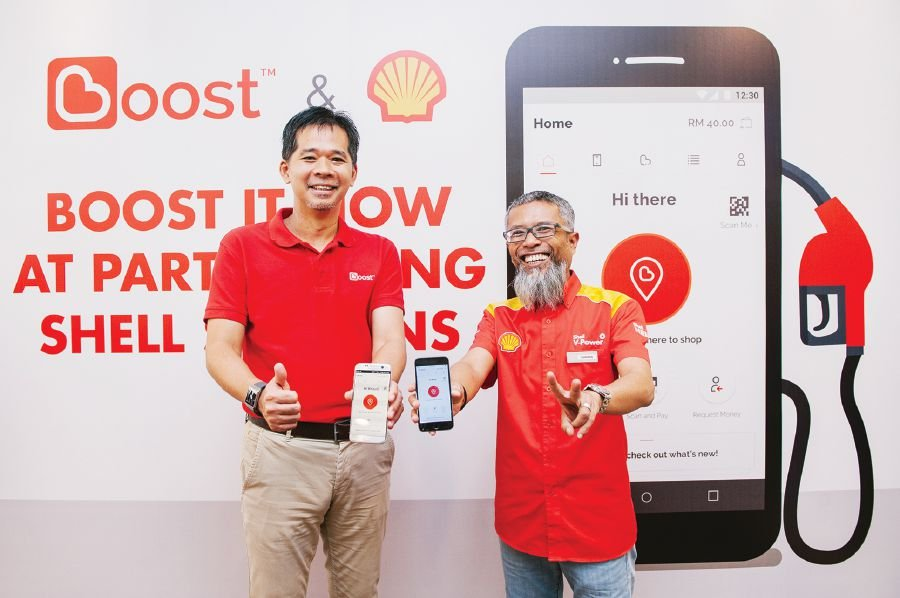 Courtesy of Shell Malaysia. Axiata Digital Services Sdn Bhd chief executive officer, Mohd Khairil Abdullah (Left) and Shell Malaysia Trading Sdn Bhd and Shell Timur Sdn Bhd managing director Shairan Huzani Husain (Right) at the official announcement of the acceptance of Boost e-wallet at 800 Shell stations nationwide.