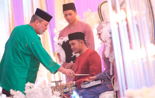 Sultan Ibrahim and Raja Zarith led other dignitaries to perform the 'merenjis' ceremony. Photo by MOHD AZREN JAMALUDIN.