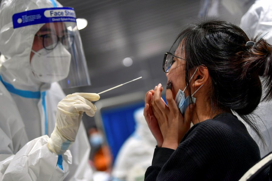 Individuals returning to Peninsular Malaysia from Sabah are not required to undergo quarantine, swab tests are compulsory. - Bernama pic