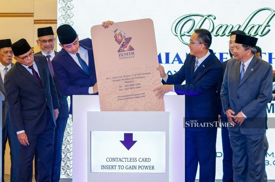 Pahang Crown Prince Tengku Hassanal Ibrahim Alam Shah Al-Sultan Abdullah (fourth from left) officiate at the opening of the Zenith Putrajaya. Also present are Pahang Menteri Besar Datuk Seri Wan Rosdy Wan Ismail (second from left), Federal Territories Minister Khalid Abdul Samad (third from left) and Zenith Aim executive chairman Datuk Seri Tew Kim Thin (second from right). NSTP photo by LUQMAN HAKIM ZUBIR