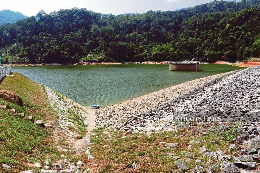 The water level at Air Itam Dam here continues to record a decline, believed due to the prolonged hot weather. (NSTP/MIKAIL ONG)