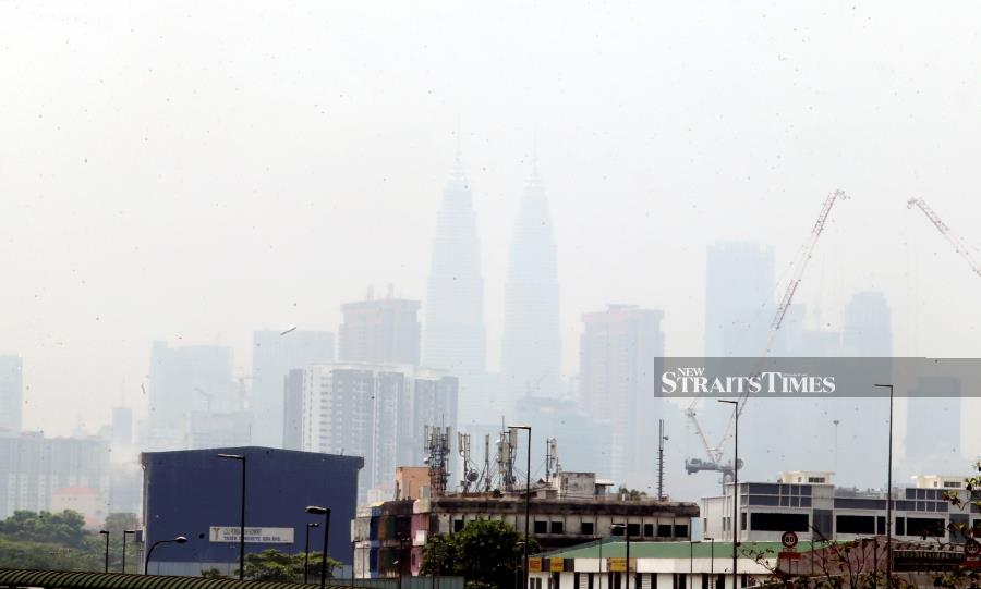 Unhealthy Air Pollutant Index (API) readings have been recorded in two states in Peninsular as of 3pm today. - NSTP/MOHD KHAIRUL HELMY MOHD DIN
