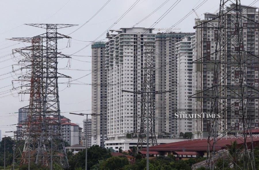 Consumers most affected by a surge in electricity consumption charges during the Movement Control Order (MCO) are those whose tariff block was between 301 and 600 kilowatt hour (kWh), said Energy and Natural Resources Minister Datuk Dr Shamsul Anuar Nasarah. - NSTP/SAIFULLIZAN TAMADI