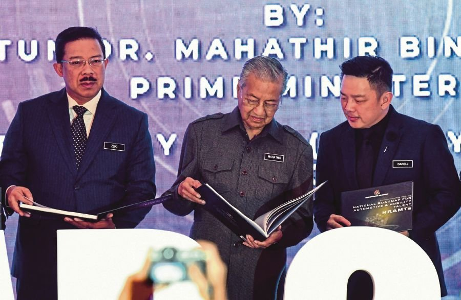 KUALA LUMPUR, Feb 21 -- Prime Minister Tun Dr Mahathir Mohamad browsing through a book during Launching Ceremony of National Automotive Policy (NAP 2020) at the Ministry of International Trade and Industry (MITI) today.