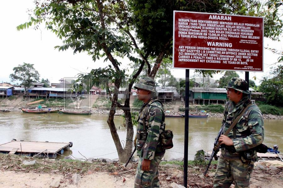 (File pix) Photo shows army personnel patrolling the Rantau Panjang border near Southern Thailand. The southern Thailand insurgency and the Rohingya crisis are added pressures that both Malaysia and Thailand face as founding members of Asean. Pix by Syamsi Suhaimi