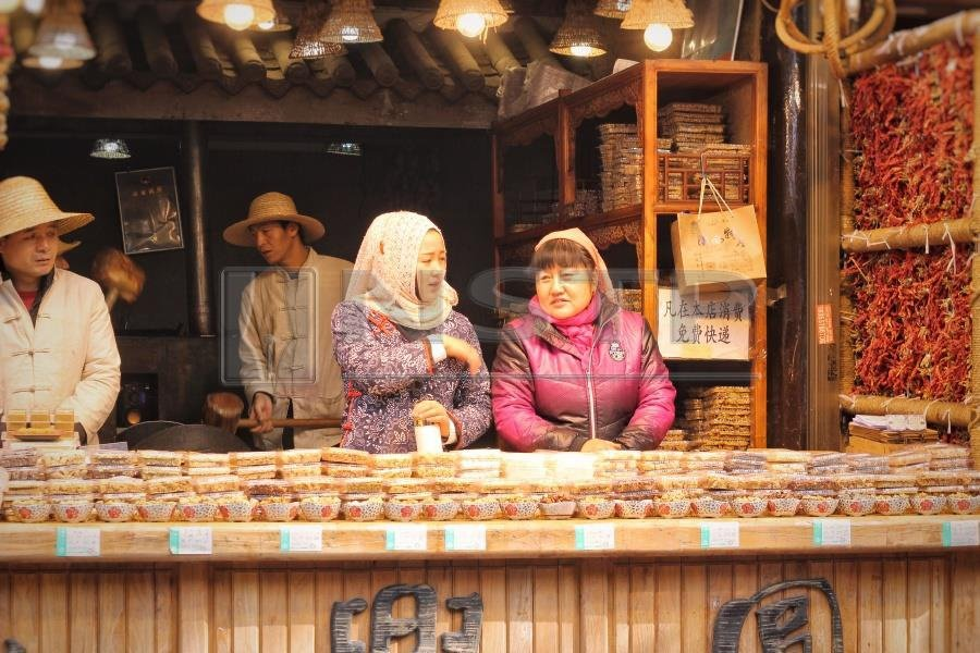 Two sellers enjoying a chat