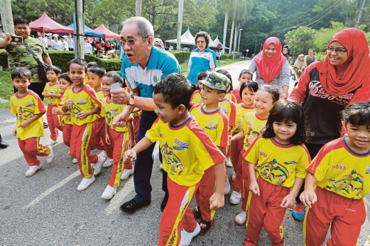 Natural Resources and Environment Minister Datuk Seri Dr. Wan Junaidi Tuanku Jaafar with young participants in the Rimbathon, held in conjunction with the Forest Research Institute Malaysia's (FRIM) 31st anniversary in Kepong yesterday. Pix by Asyraf Hamzah/ NSTP
