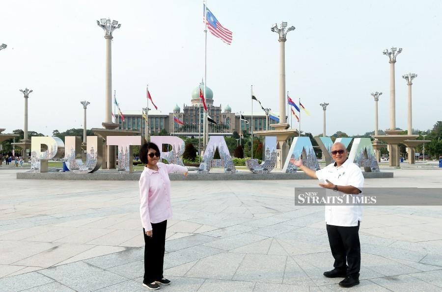 Perbadanan Putrajaya (PPj) president Datuk Dr Aminuddin Hassim with Wan Jamila Wan Shaiful Bahri show the master piece.- NSTP/Mohd Fadli Hamzah