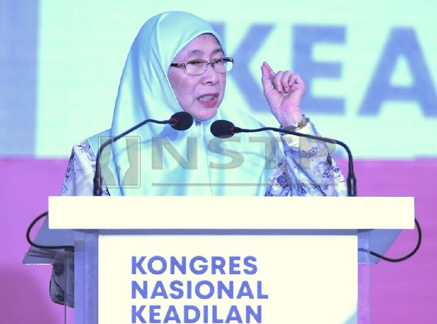 Do not make an obsession of finding fault with others, and take good care of the party. This was the final message of outgoing PKR president Datuk Seri Dr Wan Azizah Wan Ismail in her speech to wind up the debates during the party's 13th National Congress here today. Pic by NSTP/MOHAMAD SHAHRIL BADRI SAALI