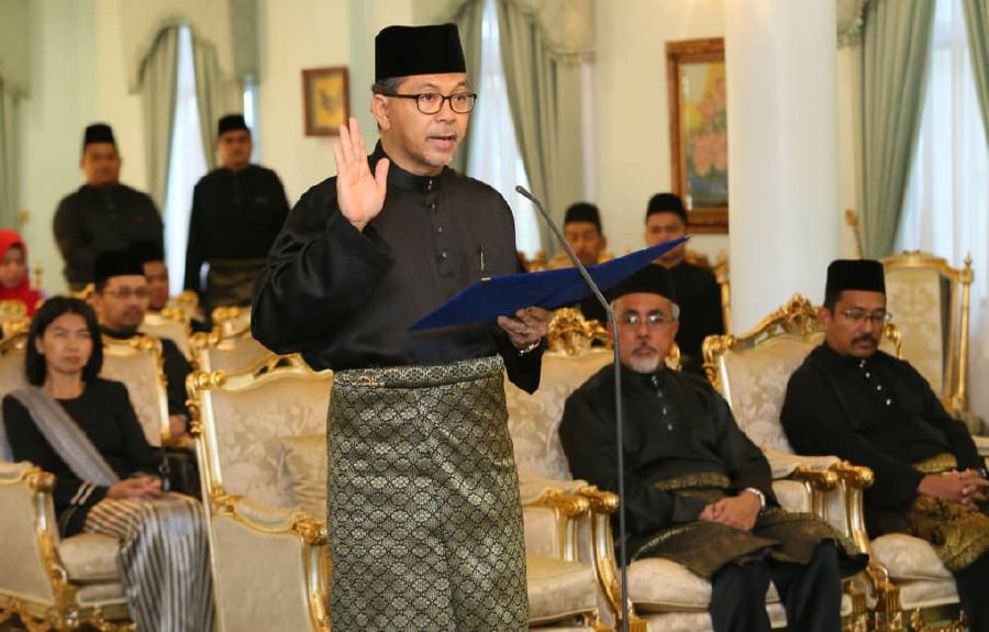 Datuk Seri Azlan Man was sworn in today as Perlis Menteri Besar for the second term at Arau Palace here, ending 14 days of political uncertainty in the state. (Pix by AMRAN HAMID)