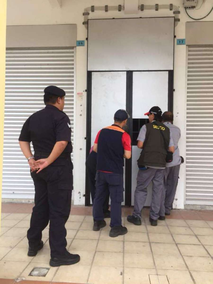 (File pix) Sarawak Energy Bhd (SEB) raided an illegal cryptocurrency mining centre, occupying two floors of a shophouse at Uni Central Commercial Centre, Kuching. Pix courtesy of SEB