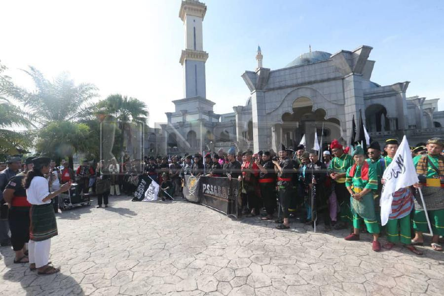 Thousands of members of various silat associations from across the country gathered at the main entrance to the Federal Territories Mosque at Jalan Duta here, this morning. Pic by NSTP/EIZAIRI SHAMSUDIN
