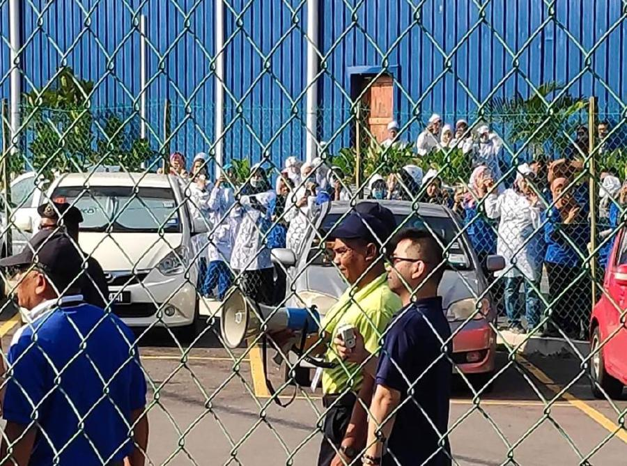 Factory workers protest against 'rubbish' tag | New Straits