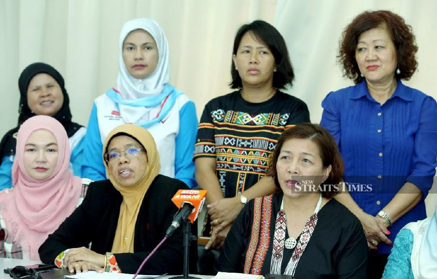Pakatan Harapan chief information officer Aiman Athirah Al Jundi (seated, two from left) and Sabah DAP Women Leader and Kepayan State Assemblyman (Assemblyman) Jannie Lasimbang (seated, right) during a press conference after Meeting of the PH Women's Information Machinery Meeting at the Office of the Community Development Leaders Unit (UPPM) Kepayan. -NSTP / MALAI ROSMAH TUAH.