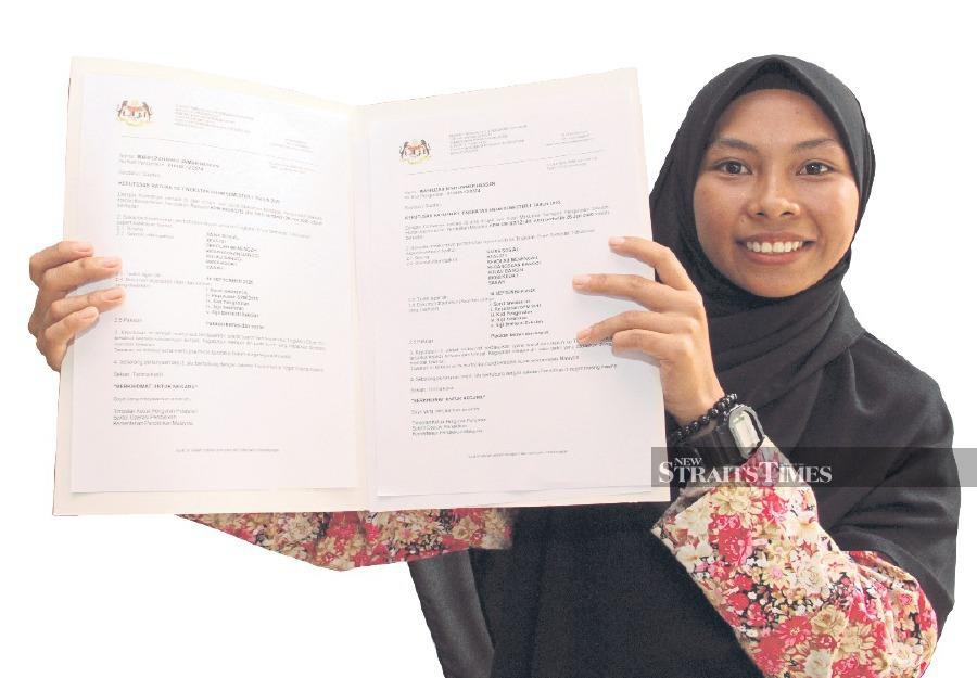 Mafuzah Ummar Hassan with her offer letter to further her studies in Form 6 at SMK Banggi.