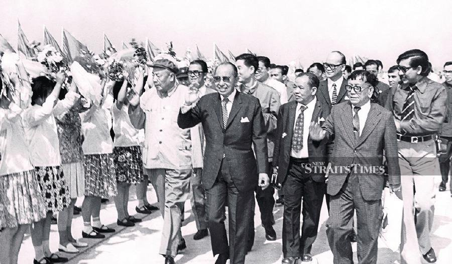 Tun Abdul Razak was warmly greeted by students during his visit to Shanghai in 1974. He was the first Malaysian head of government to visit China. Tun Michael was also a member of his entourage during the historic visit.