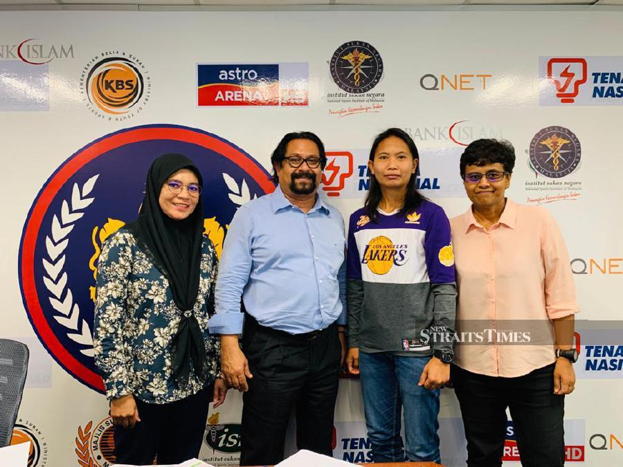 Siti Noor Amarina Ruhani (second from right) with MHC officials at a recent meeting in Bukit Jalil. PIC BY MHC