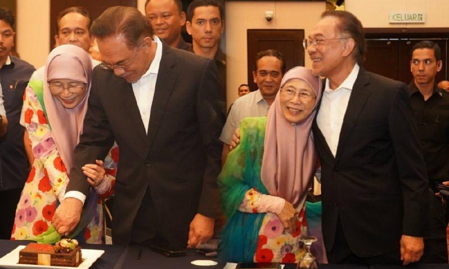 Datuk Seri Anwar Ibrahim and Datuk Seri Dr Wan Azizah Wan Ismail share a lovely moment while celebrating their 40th anniversary. - Pic source: Instagram/anwaribrahim_my