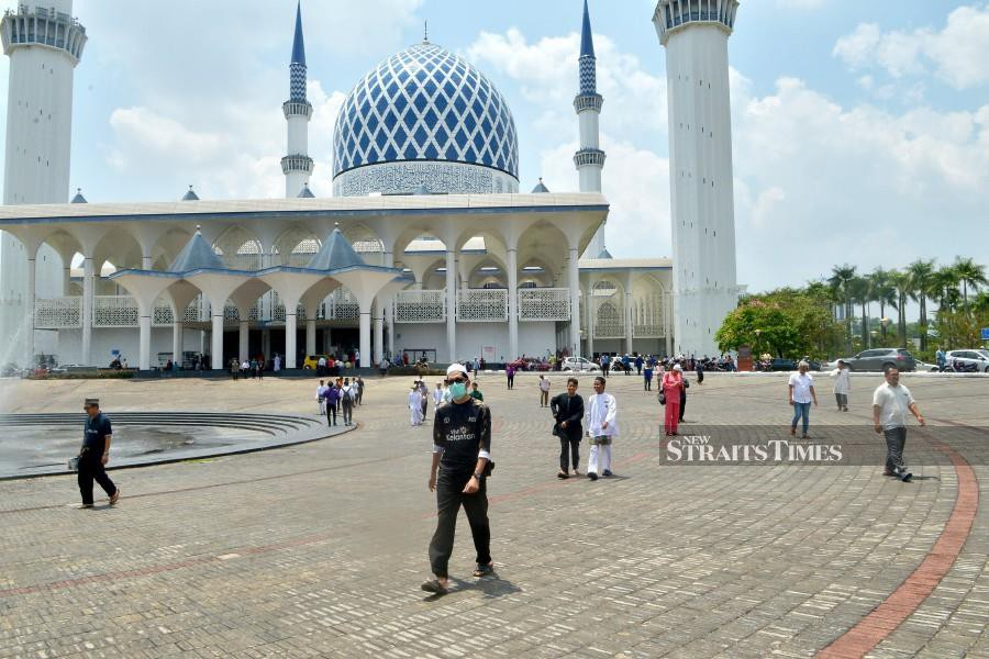 Muslim congregation seen leaving the Sultan Salahuddin Abdul Aziz Shah mosque in Shah Alam, after the Friday prayers. The Health Ministry says Selangor recorded the highest number of Covid-19 cases in the country. - NSTP/FAIZ ANUAR