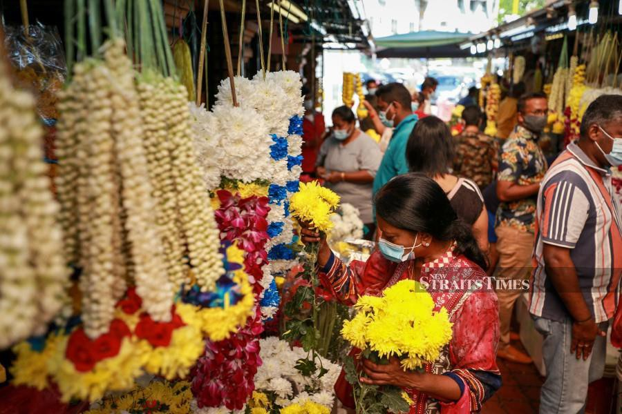 Shoppers buying flowers at Little India in Brickfields, ahead  of the Deepavali celebrations. - NSTP/ASWADI ALIAS.