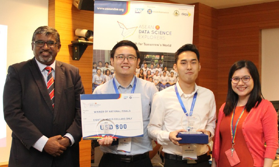 Leong Zhuan Kee (second from right) and Peh Wei Li (second from left) from Monash University Malaysia were crowned national champions last year.