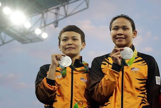 Malaysia's first medal in the Rio Olympic Games pretty much broke the Internet today with congratulatory messages by netizens and even celebrities streaming in. The messages poured in for Cheong Jun Hoong and Pandelela Rinong, who bagged the silver medal in the women's 10m platform synchronised early this morning. (AP photo)