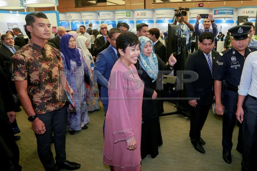 Bank Negara Malaysia Governor Datuk Nor Shamsiah Mohd Yunus (centre) visits booths at Global Islamic Finance Forum 2018. Pix by HAFIZ SOHAIMI