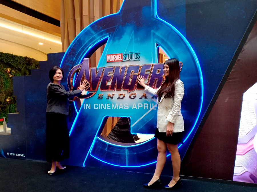 Gan Lay Koon (left) with R & F Mall Johor Bahru Marketing Director, Daphne Tan (right), launches the 'Unveiling Session for Avengers: End Game Movie' interactive exhibition that is held today until June 9 at R & F Mall Johor Bahru, today.-Bernama