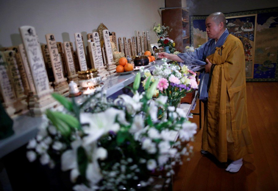 Buddhist nun prays for Vietnamese workers who died in Japan