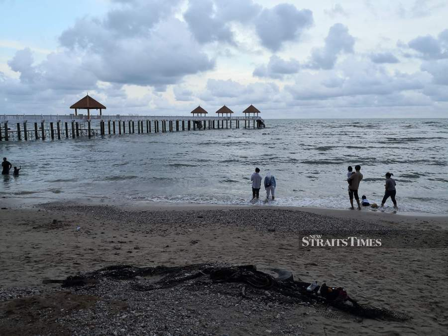 Take a walk along the beach in the evening. Pictures by Alan Teh Leam Seng.