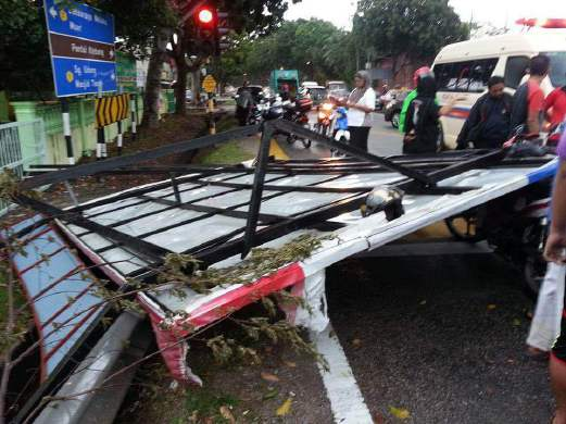 Man crushed to death by fallen billboard | New Straits Times