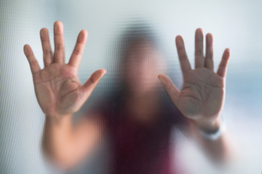 blurry-woman-hand-frosted-glass-metaphor-panic-negative-dark-emotional_34645-484_1574501262.jpg (900×599)