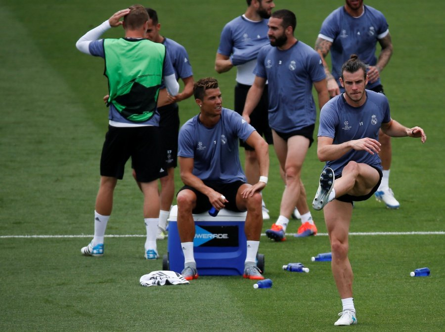 Real Madrids Cristiano Ronaldo Sits While Gareth Bale Warms Up During A Training Session Reuters