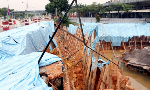 Part of a retaining wall at the Putra Utama highway in Bandar Putra, Kulai collapsed and damages a main water supply pipe. Pix by MUHAMMAD AIDIL HUSSAIN