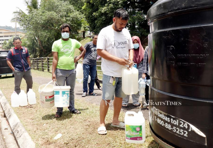 This pic dated Sept 7 shows residents near AU3 Keramat, filling up their water containers following the water crisis. -NSTP/ SITI NOORFARAH HANAN MAT ZAHIR