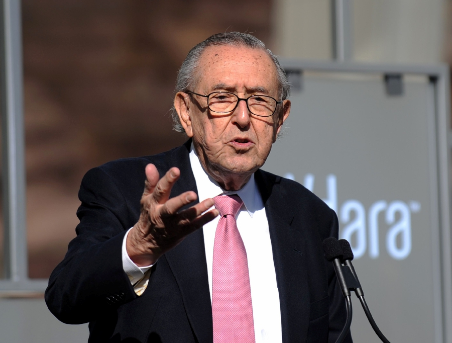 In this file photo taken on December 16, 2009 Argentinian architect Cesar Pelli delivers a speech during the Grand Opening of the CityCenter, a mixed-use urban development center on the Las Vegas Strip. - Pelli passed away on July 19, 2019 at the age of 92.-AFP