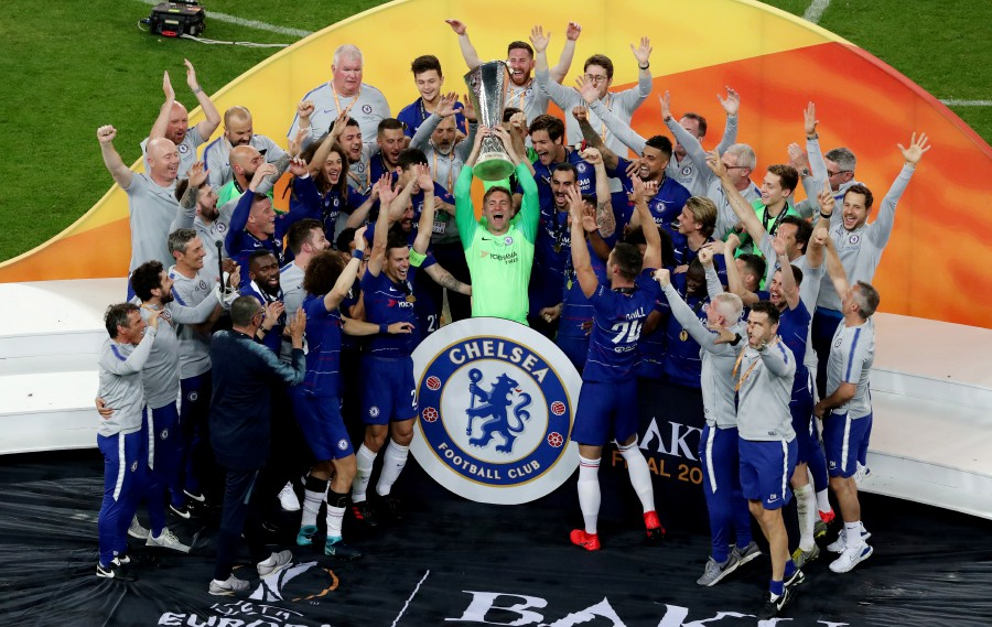 Chelsea's Rob Green and team mates celebrate winning the Europa League with the trophy. - Reuters