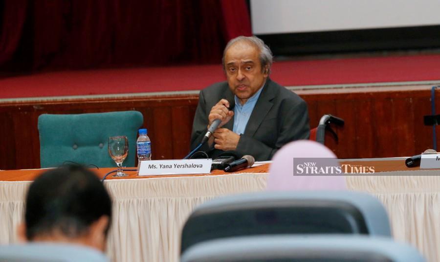 Dr Chandra Muzaffar speaks during MH17 : The Quest for Justice at International Islamic University Malaysia, Gombak. (NSTP/NURUL SHAFINA JEMENON)