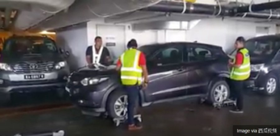 A shopper returning to his car in the parking lot of the Sunway Putra Mall here recently was irked to discover that it was partially blocked by the vehicle of an inconsiderate driver. (Pix screenshot from Facebook)
