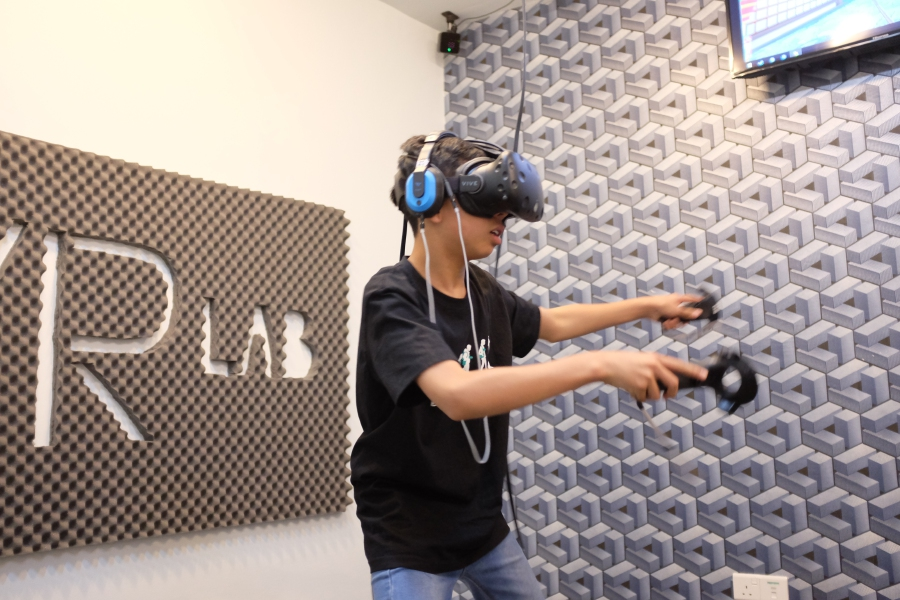 Customers experiencing VR games at VR Lab.