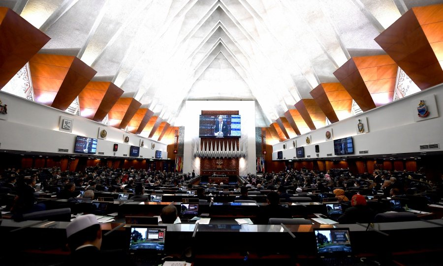 Parliament should resume its session to pass the budget and enact laws to resolve the   economic crisis, a constitutional expert said. - Bernama file pic